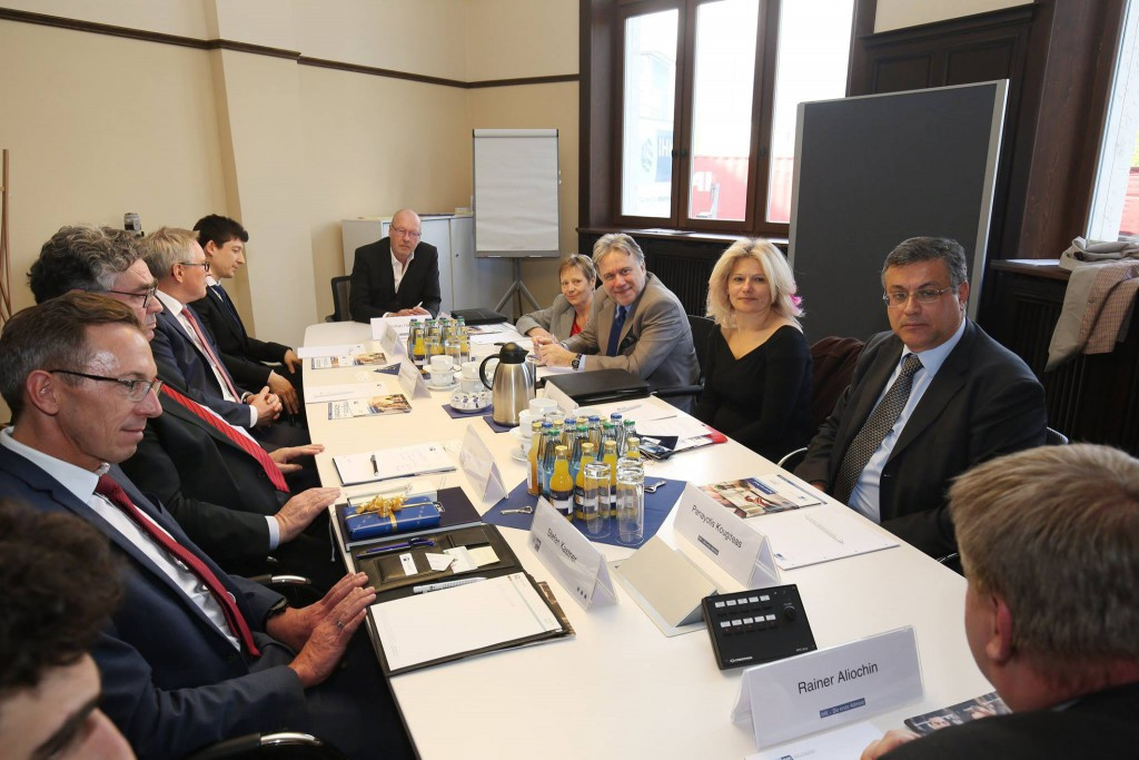 Foto: Fuchs/IHK Nürnberg Im Gespräch (linke Reihe hinten Rafael Cañada)