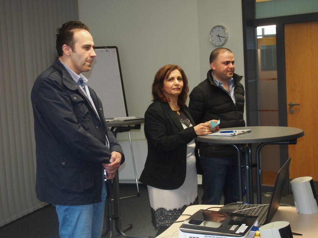 """Samer al-Halak (Halak GmbH Nürnberg) und Ahmad Tiba (bald Friseursalon in Nürnberg) berichteten aus erster Hand über Herausforderungen und Erfolge bei ihren Existenzgründungen. In der Mitte """"Chefübersetzerin"""" Mona El-Faourie."""
