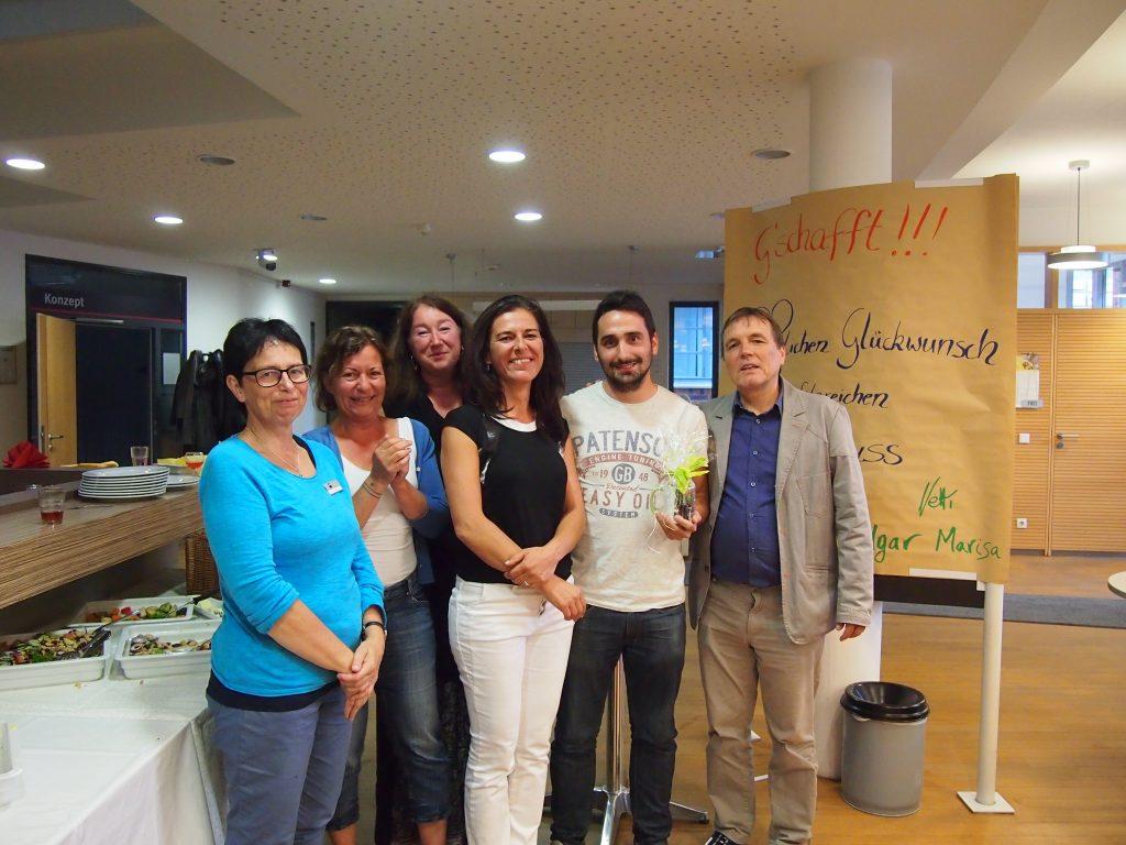 (v.l.n.r.) Christine Gräff (IHK Nürnberg für Mittelfranken), Karin Topper, Anette Scholz und Ilonka Brill (AAU-MobiPro-Team), Rubén Rodriguez (frisch gebackener Fachinformatiker), Norbert Trenkle (AAU-MobiPro-Team)