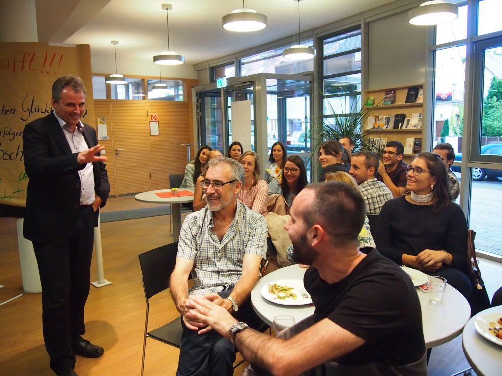 Horst Murr (Stellv. Leiter der Berufschule 3, Nürnberg) gratuliert den Absolventinnen und Absolventen