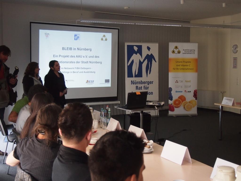 """Mona El-Faourie (Projektleitern """"BLEIB"""", AAU e.V.) und Derya Yildirim (Projektmitarbeiterin """"BLEIB"""", Nürnberger Rat für Integration und Zuwanderung) bei der Präsentation der Projektergebnisse."""