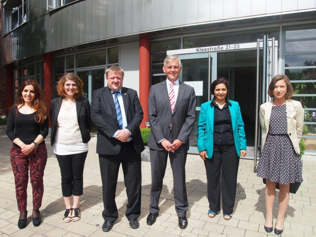 Von Links nach rechts: Elif Ersin (Migranet-Mentoring- Programm), Susanne Petricica (Projekt Bleib), COO Rainer Aliochin, Präsident Dr. Manfred Schmidt, Mona El-Faourie (Projekt Bleib), Anke Eckardt (Büro des Präsidenten)