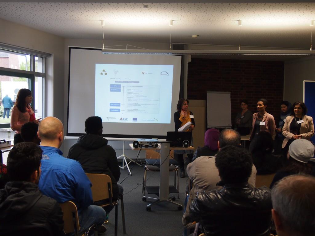 Marion Bradl, Projekt Enter (m.) und Mona El-Faourie, Projekt BLEIB (r.) informieren zum Thema Arbeit