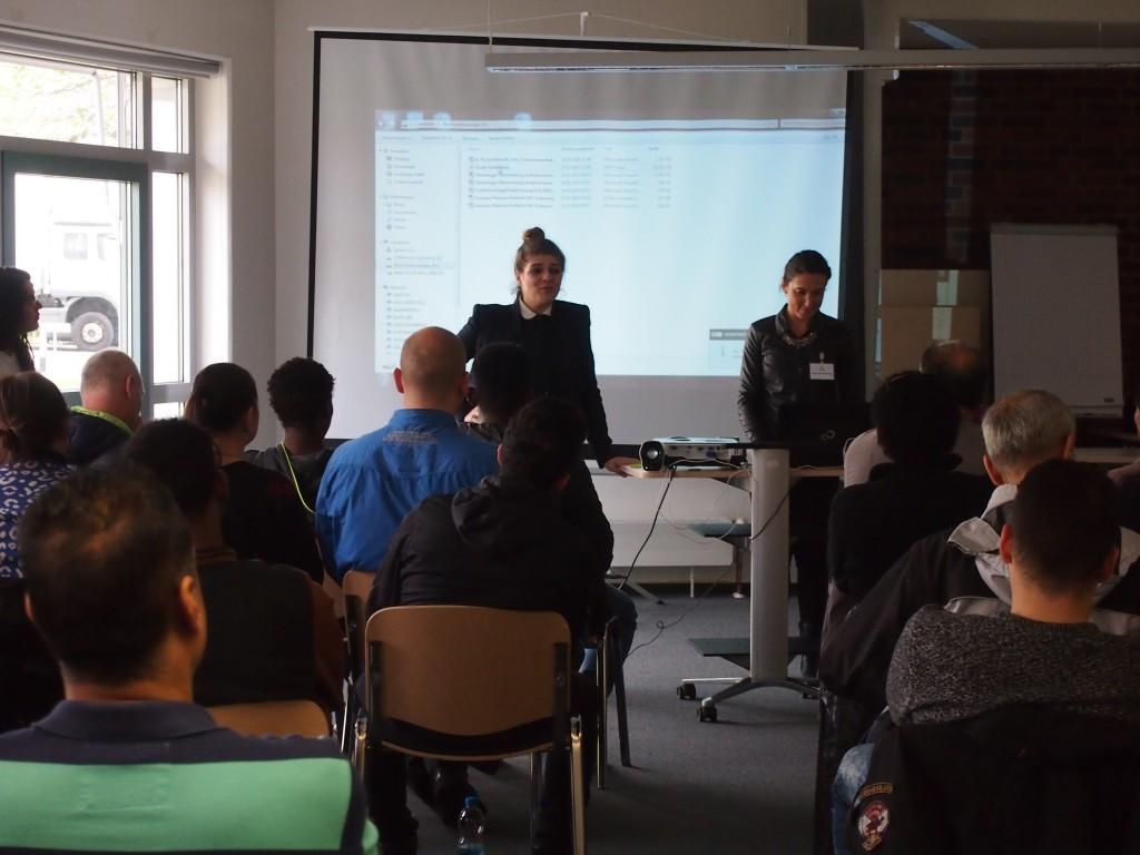 Susanne Petricica (l.) und Manuela Demirdag (r.) von der KAUSA Servicestelle - Region Nürnberg klären über die duale Berufsausbildung aus....
