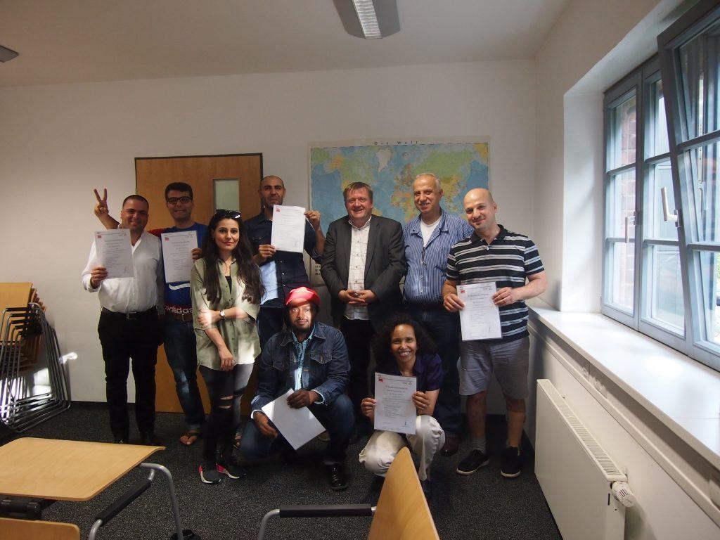 Die glücklichen AbsolventInnen mit Kursleiter Rainer Aliochin und der Fachfrau für Arabisch, Dalia Hamodi.